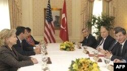 ԱՄՆ-ի պետքարտուղար Հիլարի Քլինթոնի հանդիպումը Թուրքիայի արտգործնախարար Ահմեդ Դավութօղլուի հետ Նյու-Յորքում, արխիվ, 28-ը սեպտեմբերի, 2009թ.