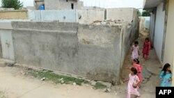 Кӯдакони мусалмон дар атрофи манзили бастаи Римша равуо мекунанд