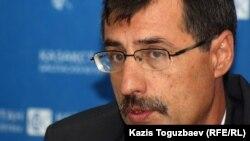 Евгений Жовтис, директор Казахстанского бюро по правам человека. Алматы, 16 апреля 2012 года.