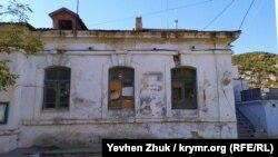 Дом №2-а на набережной Назукина – бывшая водолечебница К.С. Гинали