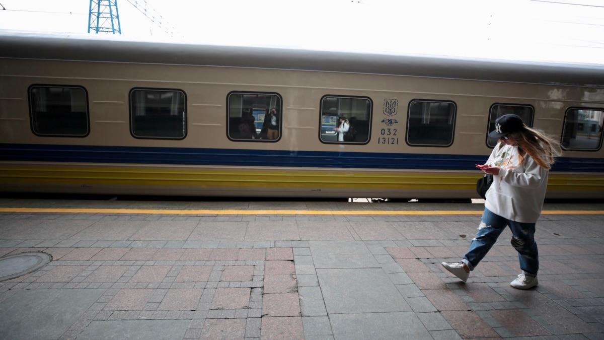 Из Польши в Украину прибывают поезда с эвакуированными украинцами (трансляция)
