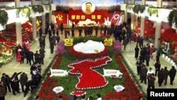 Цветы у портрета бывшего лидера Северной Кореи Ким Чен Ира.