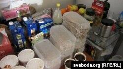 Ежу ў hromadske.tv прыносяць людзі. Стол завалены запакаванымі гарачымі абедамі, садавіной, печывам і сокамі.