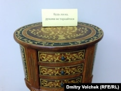"""Столик Януковича на выставке """"Кодекс Межигорья"""""""
