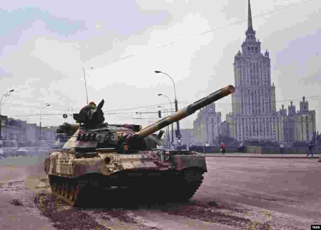 یک تانک در پل بورودینسکی مسکو در تاریخ بیستم اوت ۱۹۹۱