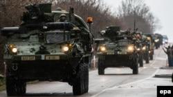 Архівне фото проходу Чехією попередньої колони військ країн НАТО, 30 березня 2015 року