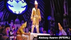 Золотой мальчик Азат, провозглашенный ханом (стоит в центре), в исполнении актера Шохана Кульназарова. Алматы, 16 сентября 2015 года.