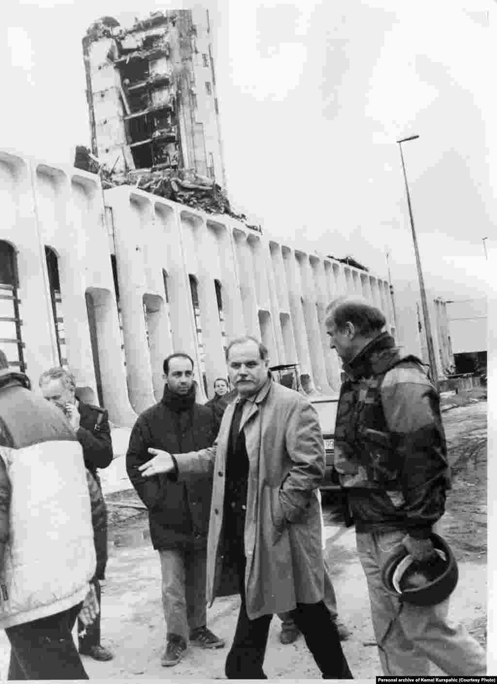 Joe Biden egykori szenátorKemal Kurspahic főszerkesztővel azOslobodjenje nevű újság szerkesztőségébe tesz látogatást Szarajevóban 1993-ban.