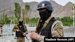 Кыргызские солдаты охраняют водный объект возле села Кок-Таш недалеко от границы Кыргызстана и Таджикистана, 5 мая 2021 года.