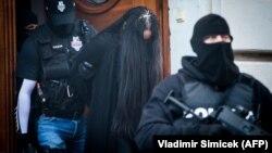 SLOVACIA -- Poliția o escortează pe Alena Zs, suspectă în asasinarea jurnalistului Ján Kuciak, comisă pentru a opri publicarea unei anchete despre relațiile dintre politicieni slovaci și 'Ndrangheta italiană.