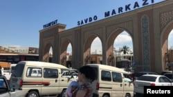 Перед входом на рынок «Абу Сахий» в Ташкенте