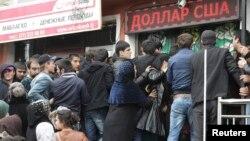 У пункта обмена валюты. Душанбе, 9 марта 2015 года.