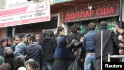 Душанбедегі ақша айырбастау пунктінің алды. Тәжікстан, 9 наурыз 2016 жыл.