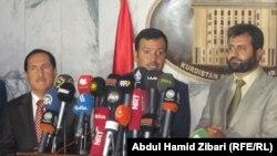 الرئيس الجديد لبرلمان إقليم كردستان العراق يوسف محمد (وسط)، ونائبه جعفر ابراهيم (يسار)، وسكرتير البرلمان فخرالدين قادر (يمين) في مؤتمر صحفي بأربيل.