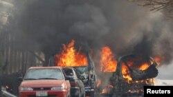 У места взрыва в афганском городе Джелалабад. 24 января 2018 года.