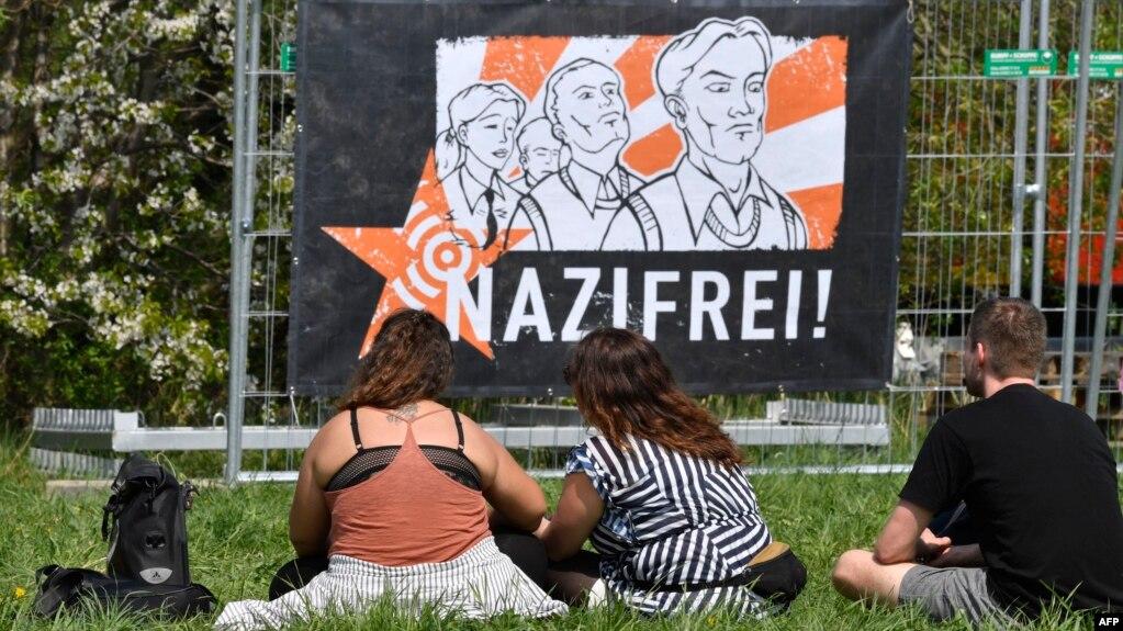 """Fotografija sa koncerta i baner na kojem piše """"Naci fri (zona)"""", u antinacističkom kampu u blizini održavanja nacističkog festivala u Nemačkoj 2019. godine"""