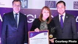 Азаттық тілшісі Светлана Глушкованы PRI Human Rights Award жүлдесімен марапаттау сәті. Астана, 7 желтоқсан 2017 жыл.