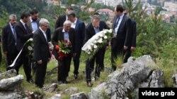 Бакір Ізетбегович кладе вінок до місця вбивства сербів, Сараєво, 13 червня 2016 року