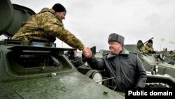 Президент України Петро Порошенко під час передачі українським військовим нової техніки, Житомирський полігон. 5 січня 2015 року