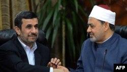 أحمدي نجاد يصافح شيخ الأزهر