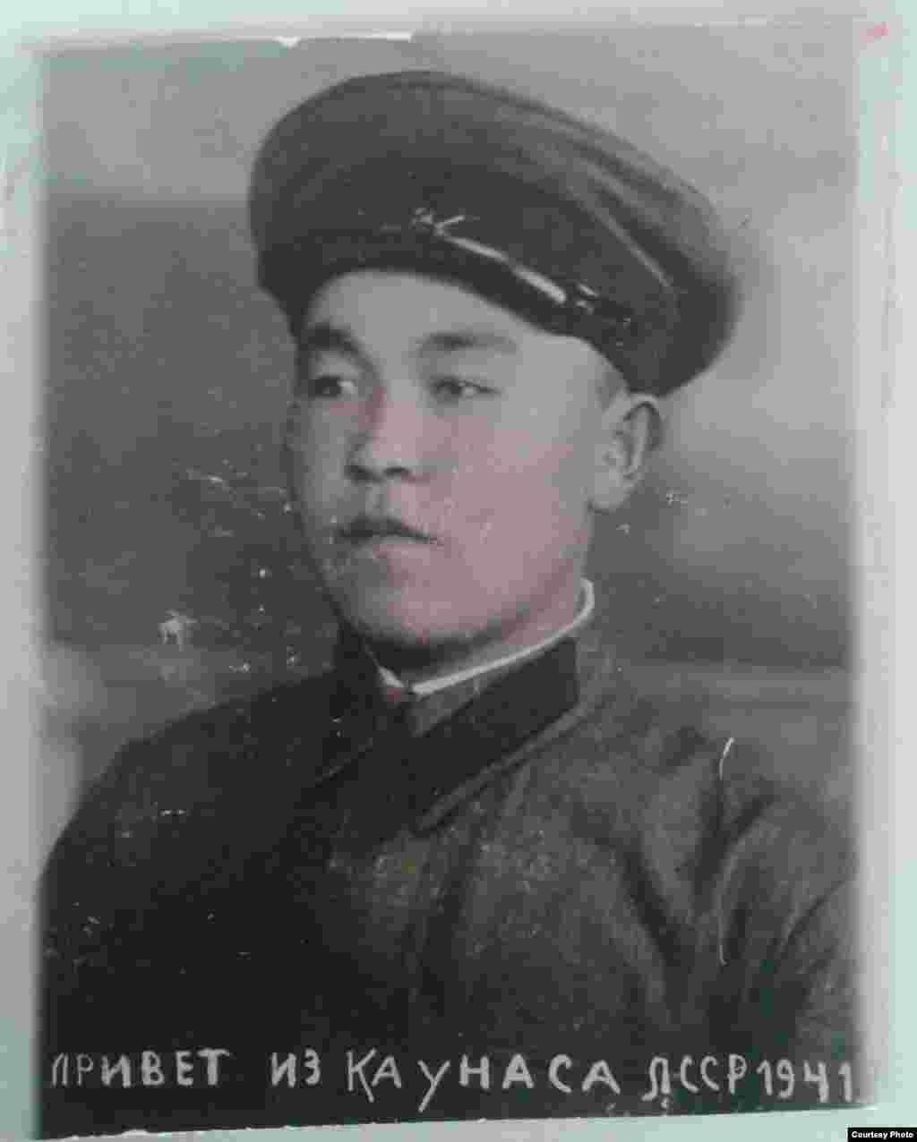 Дыйкан Баймамбетов родился 12 декабря 1920 года в селе Каджи-Сай Тонского района. Он воевал с 1941 до 1945 года. Служил на 1-Прибалтийском фронте, был связистом в 142-Стрелковом полку и был комнадиром отделения.
