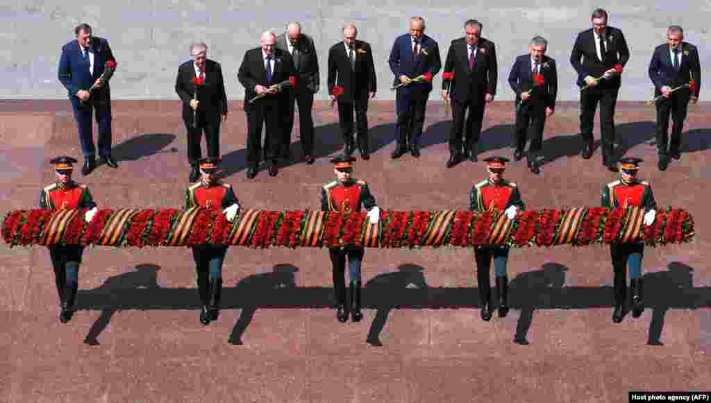 Після параду президент Росії Володимир Путін та інші присутні державні керівники поклали вінок до могили Невідомого солдата біля Кремлівської стіни, щоб ушанувати пам'ять тих, хто загинув під час Другої світової війни