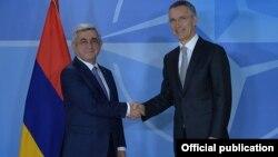 Президент Армении Серж Саргсян (слева) и генеральный секретарь НАТО Йенс Столтенберг, Брюссель, 27 февраля 2017 г.