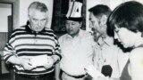 Чыңгыз Айтматов жана анын жанында калпак кийип турган Рахматулла Козукеев.