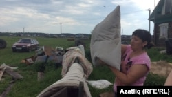 Тугыз авылында су басудан зыян күргән ханым урын-җир киптерә