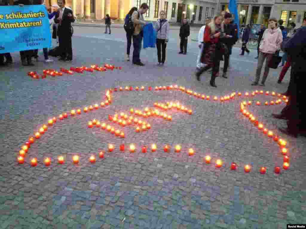 Berlindeki aktsiyanıñ iştirakçileri çıraqlarnı alıp, Qırım yarımadasını yaptılar