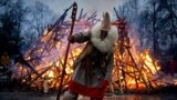 """Spaljivanje zime"" za vrijeme proslave festivala Maslenica na imanju Guslica, Moskva, 1. mart 2020. Praznikom se slavi kraj zime i najavljuje proljeće. Potječe iz paganskih vremena."