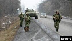 Сотрудники спецподразделения МВД России патрулируют дорогу, ведущую к Назрани. 28 января 2011 года.