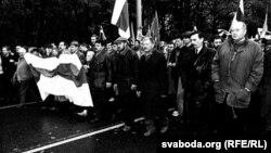 Дзень волі 1997 год. Ад цэнтру зьлева направа — Юры Хадыка, Юры Захаранка, Генадзь Карпенка.