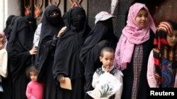 Женщины и дети в очереди за пайком в столице Йемена Сане, май 2020 года.