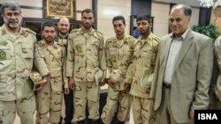 چهار سرباز آزاد شده ایرانی در کنار علی اوسط هاشمی، استاندار سیستان و بلوچستان (نفر اول از راست)