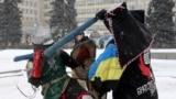 Лицарський герць (двобій) на спорт-мечах. Учасники бою – представники місцевого клубу «Братство сталі»