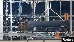 Брюссель әуежайының жарылыстан сынған терезелері. 22 наурыз 2016 жыл.