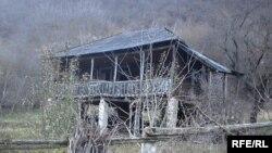 Опустевшие дома в селе Элбакиани