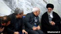 Ali Khamenei (sağda) və Mohammad Javad Zarif (ortada)