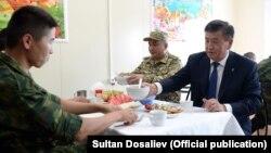 Президент Сооронбай Жээнбеков жоокерлер менен чогуу түштөнүүдө. 2018-жыл. Иллюстрациялык сүрөт.