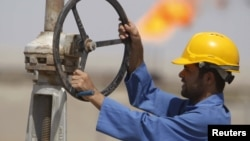 عامل عراقي في حقل الناصرية النفطي