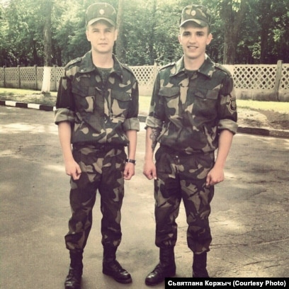 Аляксандар Коржыч (зьлева) у войску, архіўнае фота