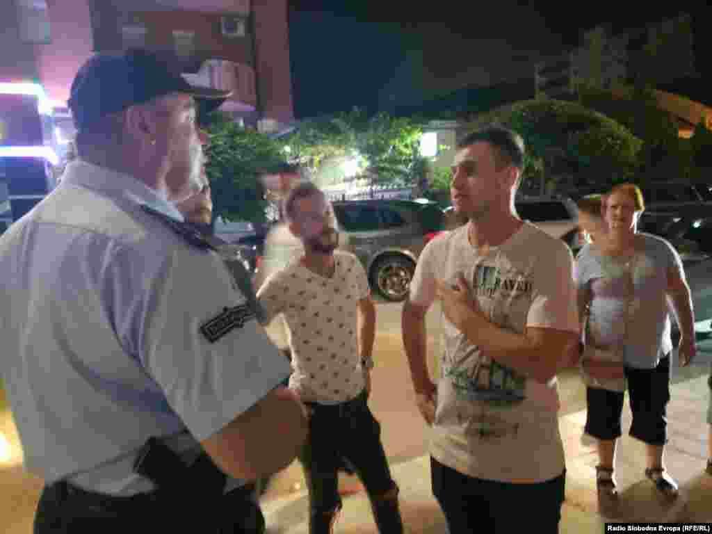 МАКЕДОНИЈА - На подрачјето на Дебар, СВР Охрид спроведе превентивна кампања Соседска патрола. Портпаролот на СВР Охрид, Стефан Димовски, изјави дека целта на кампањата е родителите да видат каде нивните деца излегуваат, како и во каков амбиент младите се забавуваат во ноќните часови, какви се условите каде што излегуваат, кои угостителски и други јавни места најчесто ги посетуваат, кои се проблемите кои можат да се случат во текот на ноќните забави и како полициските службеници практично ги применуваат своите полициски овластувања.