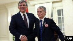 Турскиот претседател Абдула Ѓул и долгогодишниот лидер на Кримските Татари, Мустафа Џемилев.