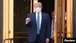 Президенти ИМА Доналд Трамп дар даромадгоҳи як беморхонаи низомии канори Вашингтон