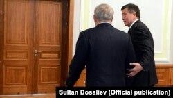 Президент Казахстана Нурсултан Назарбаев (слева) с президентом Кыргызстана Сооронбаем Жээнбековым на их предыдущей встрече. Минск, 30 ноября 2017 года.