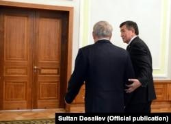 Президент Казахстана Нурсултан Назарбаев (слева) и президент Кыргызстана Сооронбай Жээнбеков. Минск, 30 ноября 2017 года.