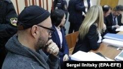 Режиссер Кирилл Серебренников сот залында отыр. Мәскеу, 17 қазан 2017 жыл.