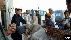 حمل يکی از مجروحان حمله جنگندههای ناتو به تانکرهای سوخت، به بيمارستان اصلی شهر کندوز افغانستان، جمعه ۱۳ شهريور
