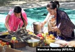 Девочки готовят угощение для кришнаитского фестиваля «Джанмаштами». Алматинская область, 12 августа 2012 года.